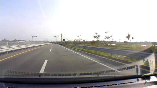 자동차전용도로에 있는 낙하물을 조심합시다.